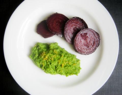 Запеченная свекла и пюре из зеленого горошка