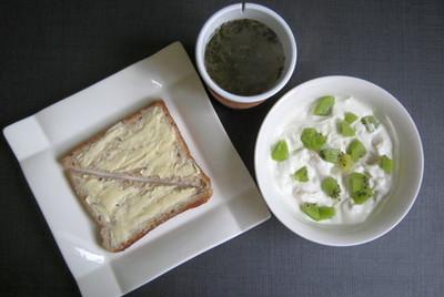 Йогурт с кусочками фруктов & бутерброды с маслом