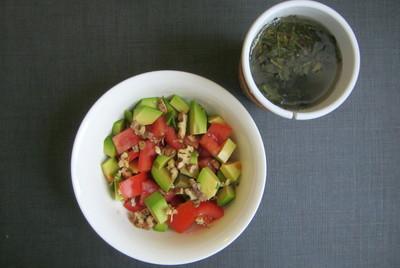 Салат из авокадо с помидорами и орехами