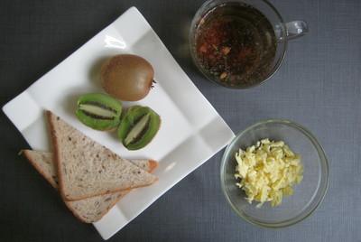 Яичница болтунья & тосты с маслом & киви