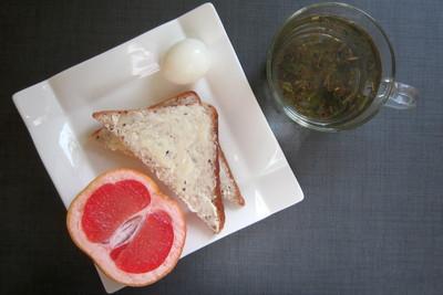 """Яйцо """"в мешочек"""" / хлеб с маслом / фрукт"""