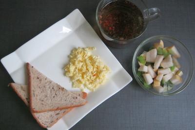 Тосты с яичницей болтуньей & фруктовый салат