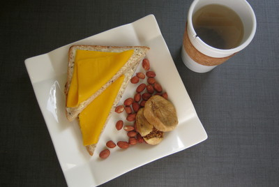Хлеб с маслом и сыром & горсть орехов & инжир