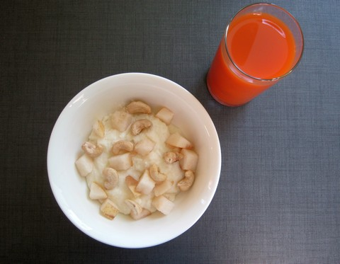 Манная каша с джемом & горсть орехов кешью & сок