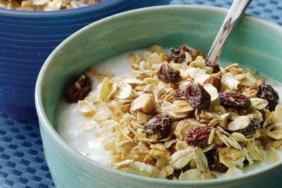 Злаки с молоком, орехами и изюмом & банан