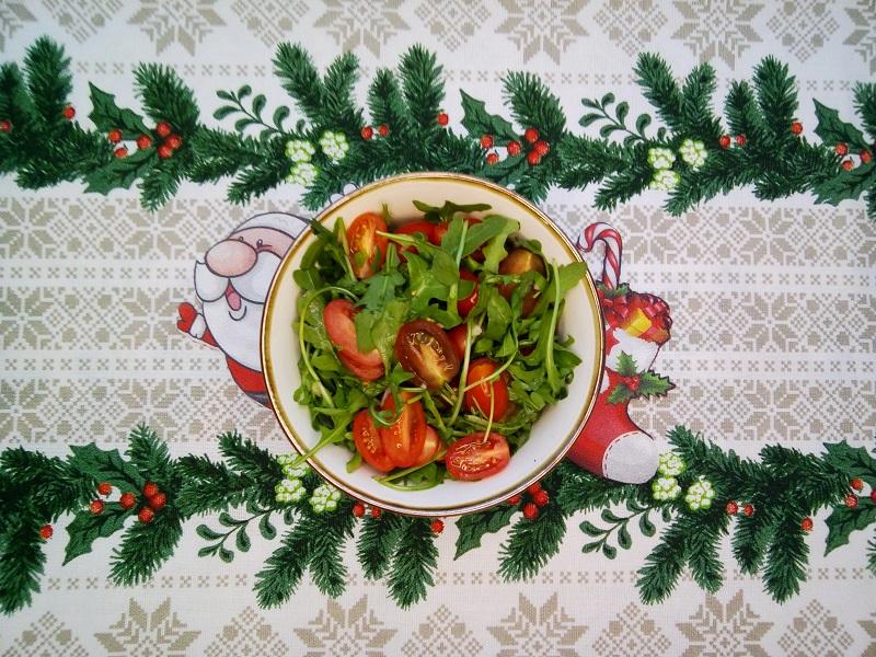 Салат из рукколы с помидорами черри
