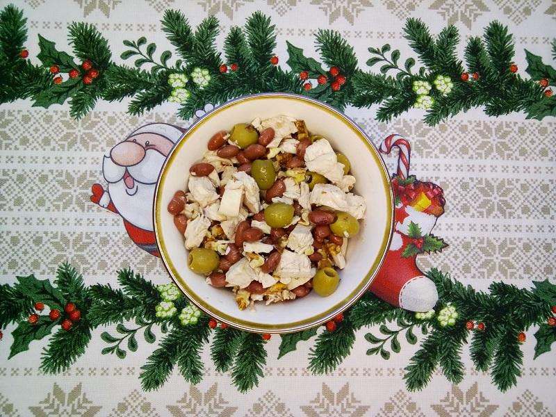 Салат с курицей, фасолью, оливками и грецкими орехами