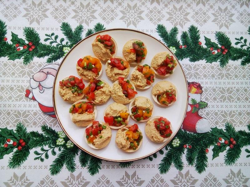 Хумус в тарталетках с помидорами черри и зеленым луком