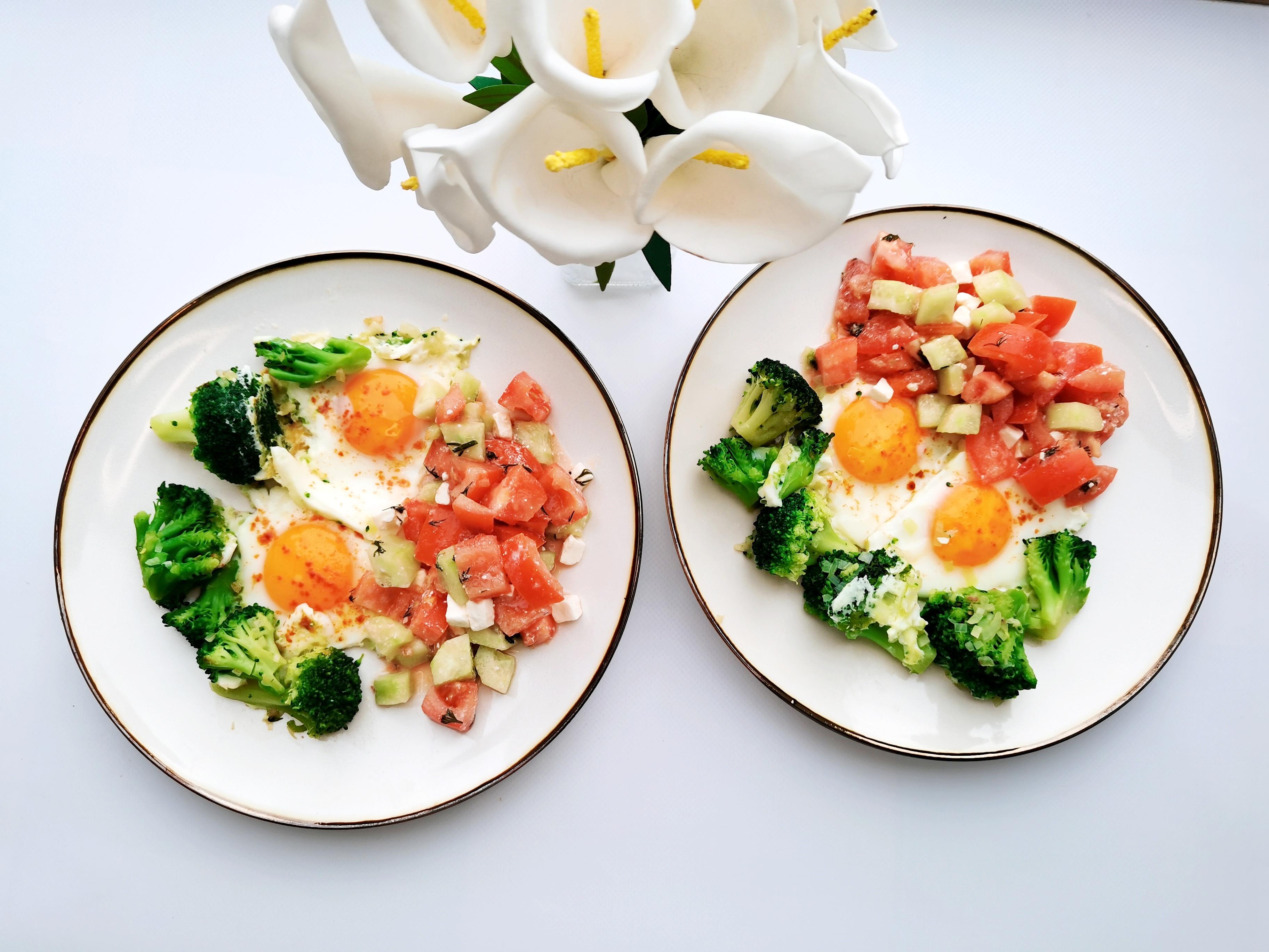 яичница с брокколи и салатом
