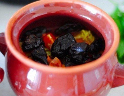 жаркое с черносливом в горшочке
