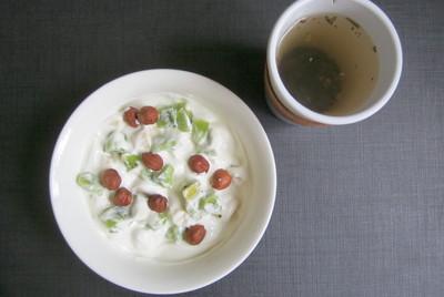 йогурт со злаками, кусочками фруктов и фундуком