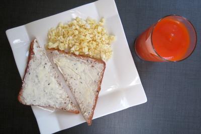 яичница болтунья & тосты с маслом & сок