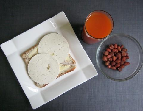 хлеб с маслом и творожным сыром & стакан сока