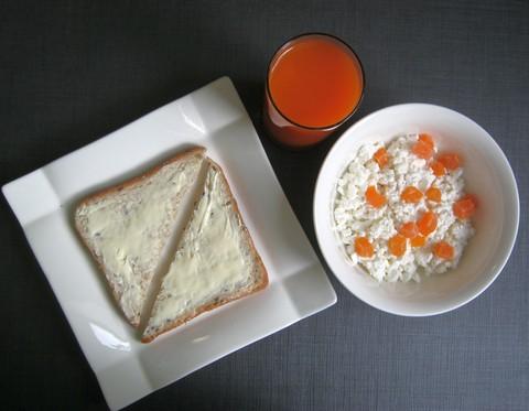 творог с сухофруктами & хлеб с маслом & сок