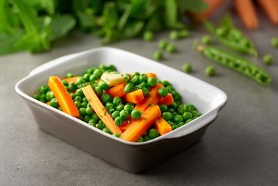 тушеная морковь с зеленым горошком