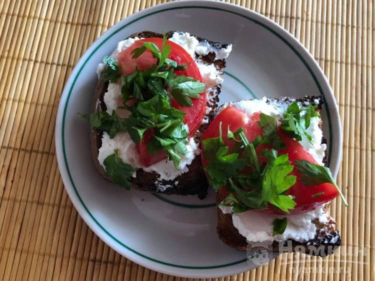 тосты с творожным сыром, рукколой и помидорами