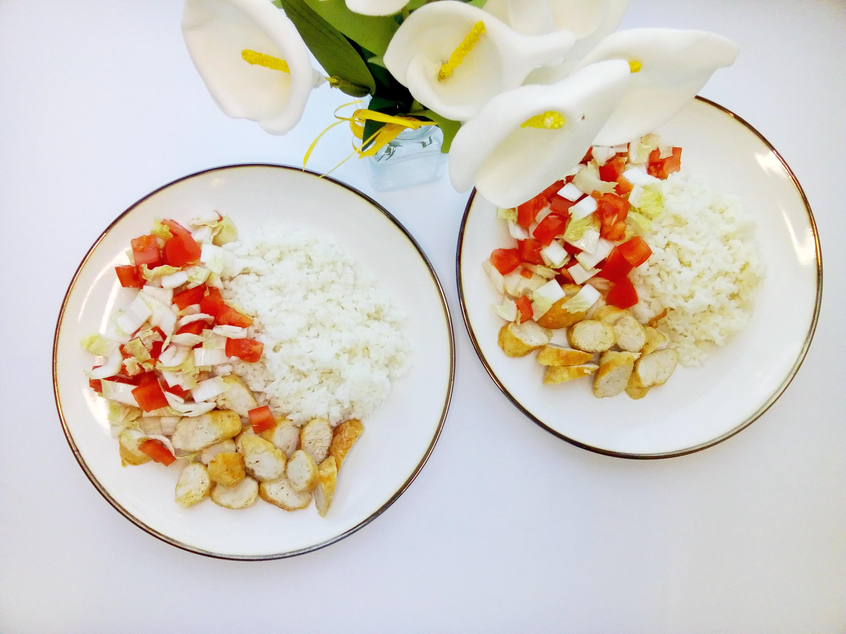 колбаски с рисом и салатом из пекинки с помидорами