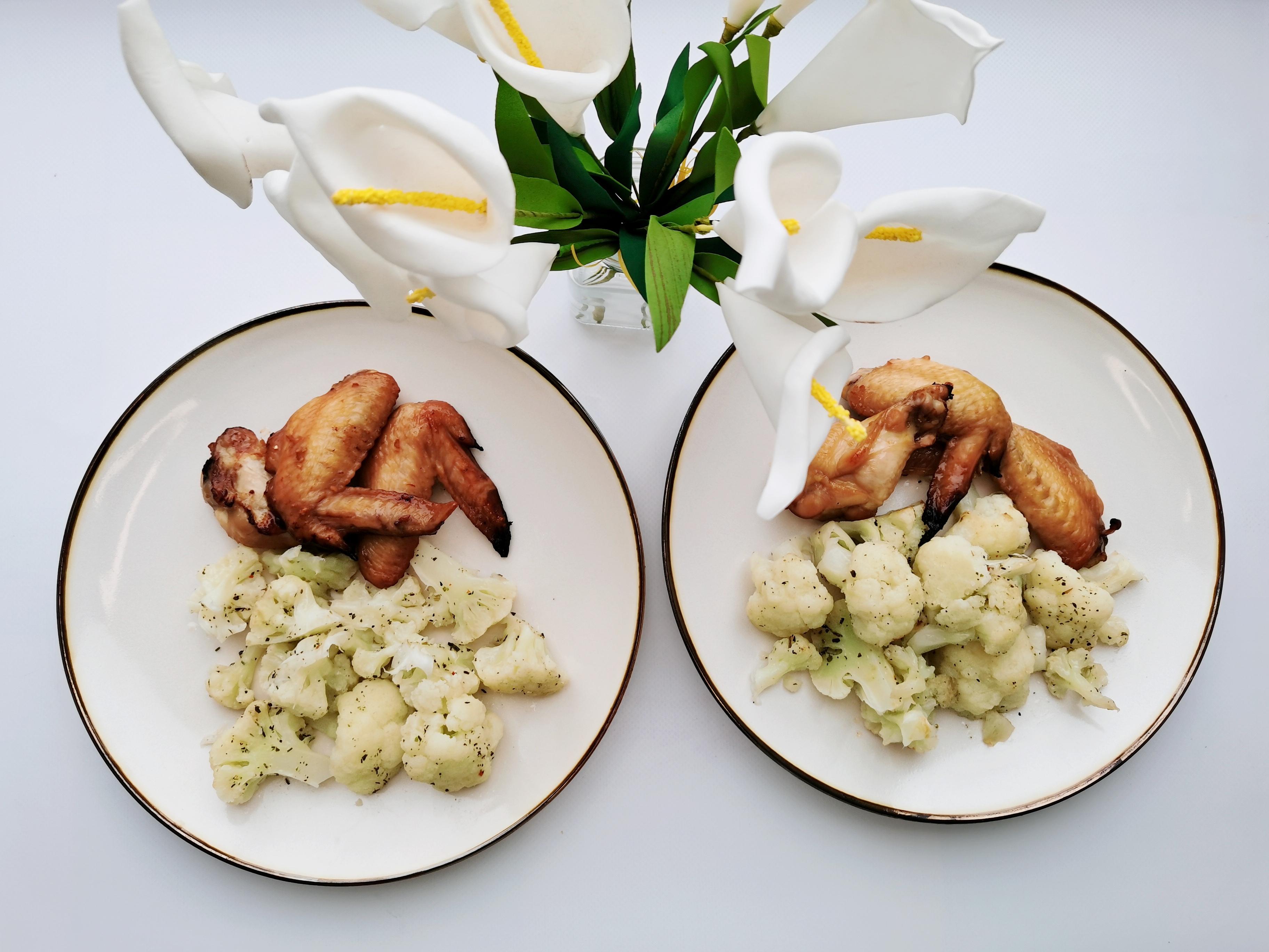 курица в маринаде с цветной капустой в луковом соусе